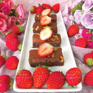 テーブルの上に果物が付くケーキの写真・画像素材[2927533]