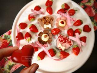 誕生日ケーキと一緒に食べ物の皿の写真・画像素材[2932386]