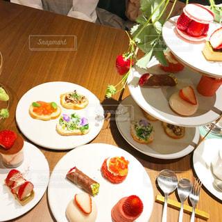 皿に食べ物の皿をトッピングしたテーブルの写真・画像素材[3155148]