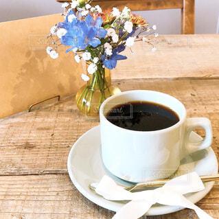 木製のテーブルの上に座っているコーヒーを一杯の写真・画像素材[4289177]