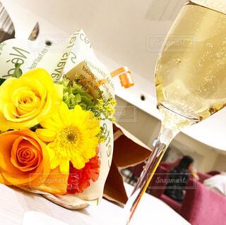 テーブルの上に花の花瓶の写真・画像素材[4301986]