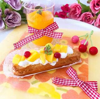 バースデーケーキと一緒に食べ物の皿の写真・画像素材[4301996]