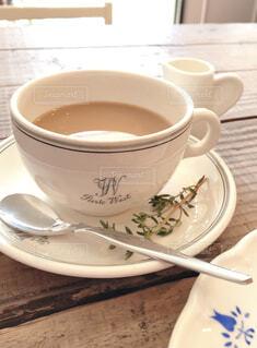 テーブルの上にコーヒーを一杯入れるの写真・画像素材[4321023]