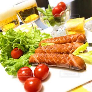 食べ物,果物,トマト,皿,サラダ,ビール,ウインナー,ソーセージ,お家,家飲み,おうち飲み,贅沢な,ジョンソンヴィル,ジョンソンヴィルソーセージ