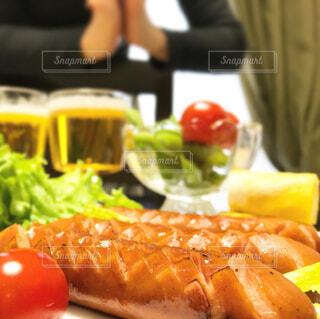 食べ物,屋内,果物,トマト,野菜,皿,サラダ,ビール,ウインナー,ソーセージ,魚介類,お家,ファストフード,家飲み,おうち飲み,贅沢な,ジョンソンヴィル,ジョンソンヴィルソーセージ