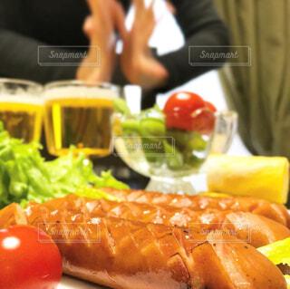 食べ物,屋内,果物,トマト,皿,人物,人,サラダ,ビール,ウインナー,ソーセージ,お家,ファストフード,家飲み,おうち飲み,贅沢な,ジョンソンヴィル,ジョンソンヴィルソーセージ