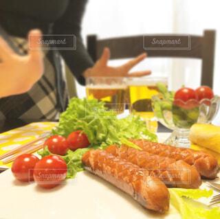 食べ物,屋内,果物,トマト,皿,人物,人,サラダ,ビール,ウインナー,レストラン,ソーセージ,魚介類,お家,ファストフード,家飲み,珍味,ニンジン,おうち飲み,贅沢な,ジョンソンヴィル,ジョンソンヴィルソーセージ