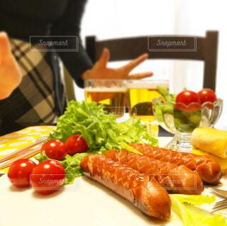 食べ物,オレンジ,果物,トマト,野菜,皿,サラダ,ビール,ウインナー,ソーセージ,魚介類,お家,ファストフード,家飲み,ニンジン,おうち飲み,贅沢な,ジョンソンヴィル,ジョンソンヴィルソーセージ