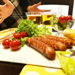 食べ物,テーブル,果物,トマト,野菜,皿,人物,人,サラダ,ビール,ウインナー,ソーセージ,お家,ファストフード,家飲み,ニンジン,おうち飲み,贅沢な,ジョンソンヴィル,ジョンソンヴィルソーセージ