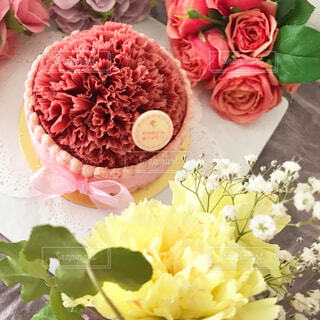 テーブルの上にピンクの花で満たされた花瓶の写真・画像素材[4402930]