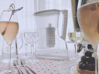 食べ物,ケーキ,屋内,水,花瓶,水色,デザート,テーブル,壁,食器,家具,デザイン,紅茶,誕生日ケーキ,菓子,ワイングラス,浄水器,浄水,トレビーノ,浄水器ポット