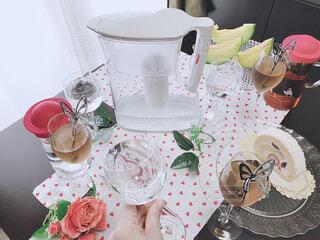 食べ物,ケーキ,屋内,水,花瓶,水色,デザート,テーブル,皿,壁,食器,家具,デザイン,紅茶,手作り,誕生日ケーキ,菓子,大皿,ワイングラス,受け皿,浄水器,浄水,トレビーノ,浄水器ポット
