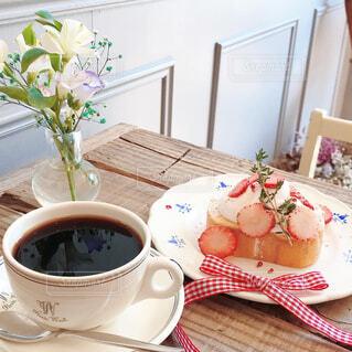 テーブルの上にコーヒーを一杯入れるの写真・画像素材[4580882]