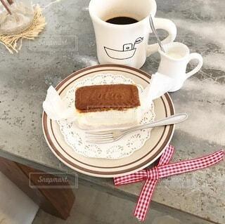 テーブルの上にコーヒーを一杯入れるの写真・画像素材[4958271]