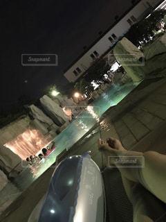 カメラにポーズ鏡の前に立っている人の写真・画像素材[708112]