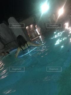 水の中を泳いでいる人の写真・画像素材[726996]