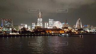都市を背景にした水域に架かる橋の写真・画像素材[2356199]