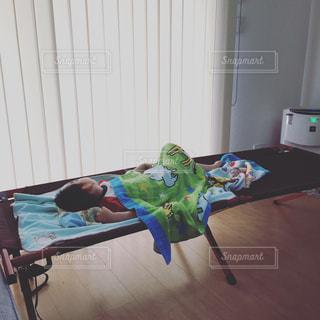 ベッドに寝ている小さな子供の写真・画像素材[1007017]