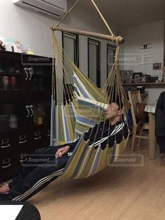 部屋で机に座っている人の写真・画像素材[1007032]