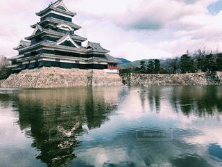 水面越しの松本城の写真・画像素材[928939]