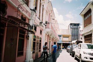 街の通りを歩いている人のグループの写真・画像素材[933673]