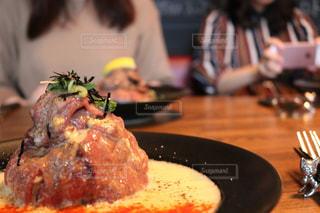近くにフォークで食べ物のプレートのアップの写真・画像素材[752242]