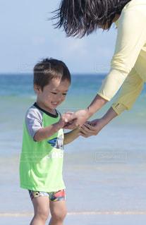 水の体の横に立っている少年 - No.731473