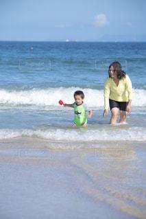 水のサーフボードで波に乗って小さな女の子 - No.731477