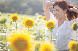 黄色の花の女性の写真・画像素材[710932]
