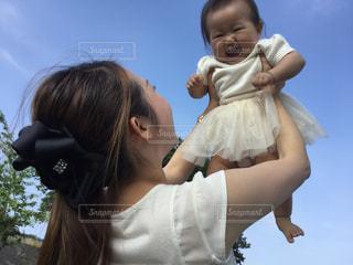 赤ん坊を抱える女性の写真・画像素材[724104]