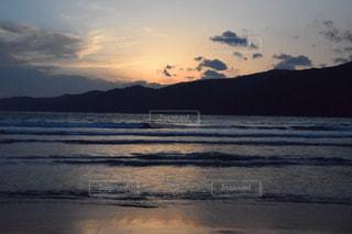 水の体に沈む夕日の写真・画像素材[960231]