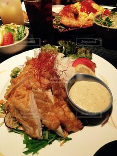 テーブルの上に食べ物のプレートの写真・画像素材[737235]