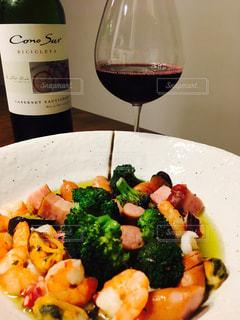 食品とワインのボトルのプレート - No.794130