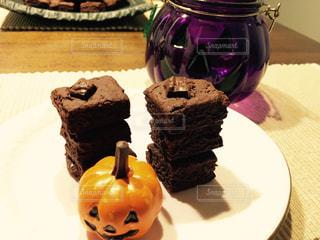 皿にチョコレート ケーキの写真・画像素材[821872]