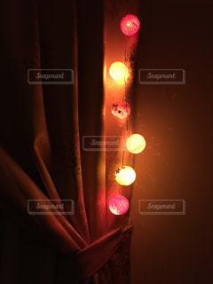 近くに夜の赤色光のアップの写真・画像素材[843664]
