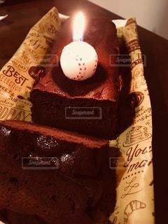 つけられた蝋燭のチョコレートの誕生日ケーキの写真・画像素材[850860]