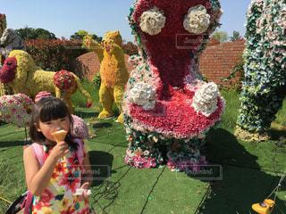 庭に座っている少女の写真・画像素材[895423]