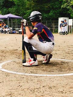 野球のバットを振る人の写真・画像素材[1534571]