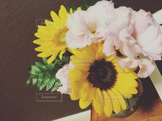 テーブルの上の花の花瓶の写真・画像素材[1375543]