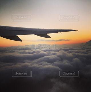 曇りの日に大規模な飛行機 - No.961949