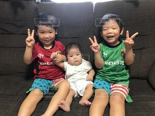 子の隣に座っている幼児のグループの写真・画像素材[742692]