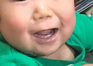近くに赤ちゃんのアップの写真・画像素材[850489]