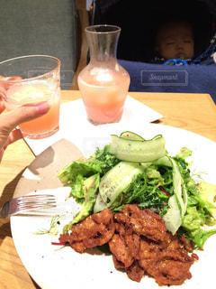 テーブルの上に座って食品のプレートの写真・画像素材[737437]
