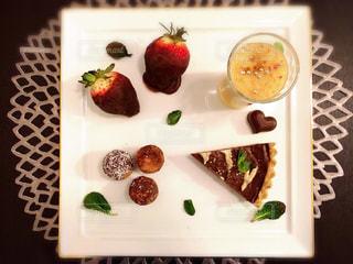 板の上に食べ物の種類でいっぱいのボックスの写真・画像素材[811016]
