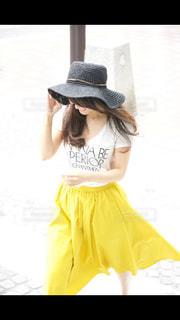 黄色のドレスの女性の写真・画像素材[1038201]
