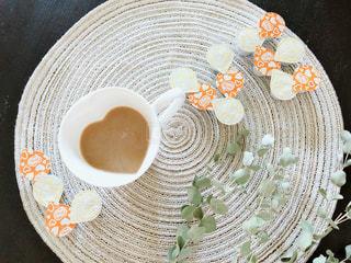 近くにプレートの上にコーヒー カップのアップの写真・画像素材[1267642]