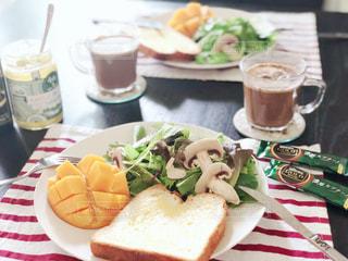 テーブルの上に食べ物のプレートの写真・画像素材[1277094]