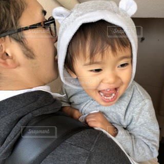 子ども,親子,仲良し,楽しい,笑顔,抱っこ,パパ,息子,父,お父さん,父と子,スウェット,クマの耳