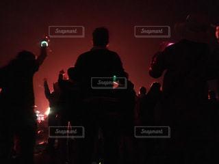 暗い部屋で人々 のグループ - No.706797