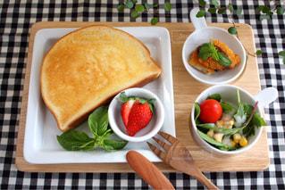テーブルの上に食べ物のボウルの写真・画像素材[1145274]
